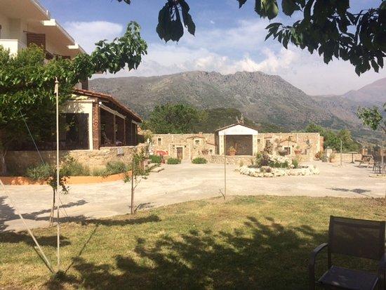 La terrasse ombrag e surplombe le jardin et offre une vue magnifique de la vall e picture of - Jardin de la vallee ...