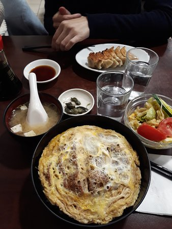 Higuma: Katsudon set (petits légumes, salade, soupe miso et Porc pané +omelette et riz)