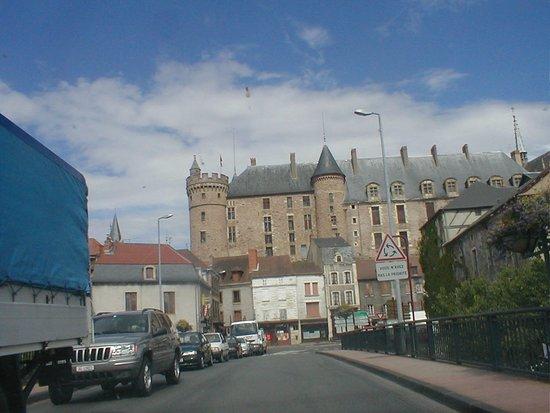 Lapalisse, ฝรั่งเศส: passage devant le château