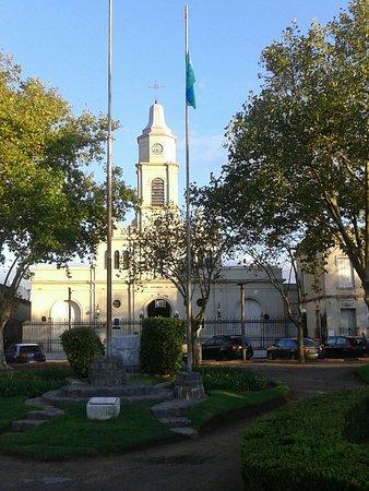 Plaza Ruiz de Arellano: Vista de la Parroquia desde la Plaza-  San Antonio de Areco 2018.