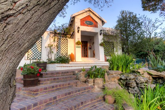 Rivonia Bed & Breakfast Garden Estate : Our front entrance - see the fish as you walk up the few stairs