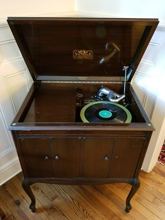 Warwick Valley Bed and Breakfast: Antique, working Victrola