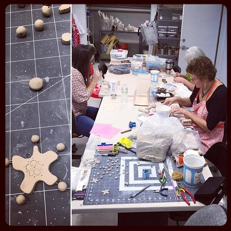Taylor, Teksas: Saturdays Open Studio Beading Class! Artists are making a variety of ceramic beads.