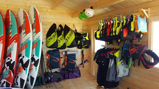 Porto Pollo, Italie : Airush kites, life jackets and helmets for our alumns