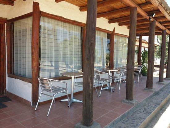 Lolol, Cile: cuenta con mesitas para cafe o para almorzar en el exterior