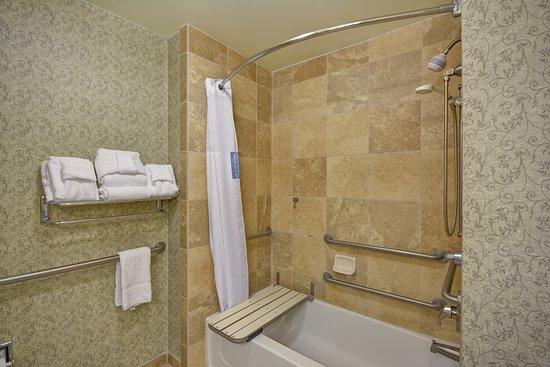 Hampton Inn & Suites Savannah Historic District: Accessible Bathroom with Tub