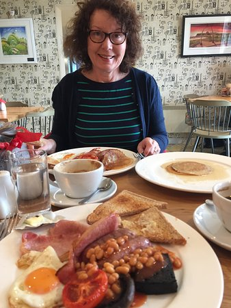Крэторн, UK: Substantial english breakfast but pancake arrived drown in Syrup
