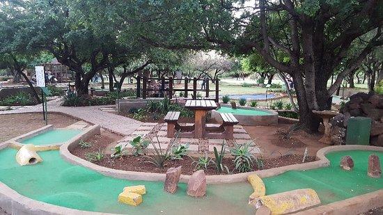 Monateng Safari Lodge : Gardens and put-put