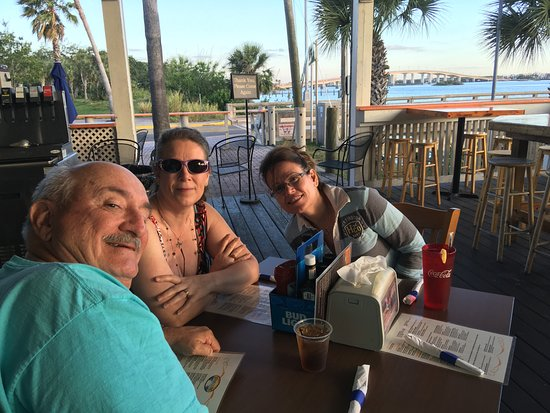 Sunsetters Riverfront Bar & Grill: Outside Patio Dining!