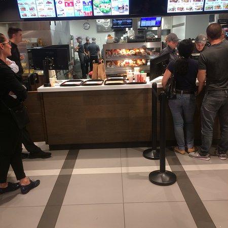 Les Milles, ฝรั่งเศส: Les hamburgers s empilent et les commandes n arrivent pas aux clients. Au bout d un moment, les