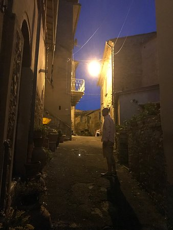 Chianni, Italien: Outside st night
