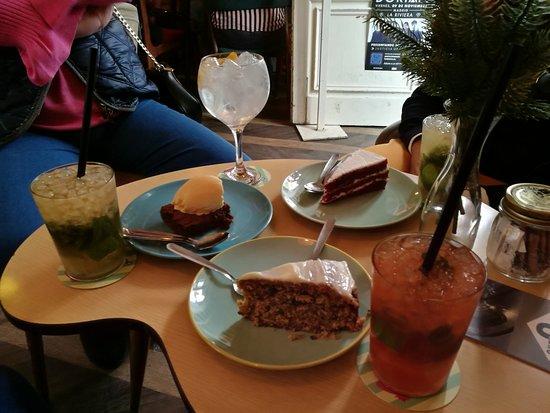 Lolina Vintage Cafe: Mojitos y tartas surtidas.