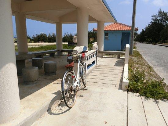 Taramajima Island: 前泊港の四阿とトイレ
