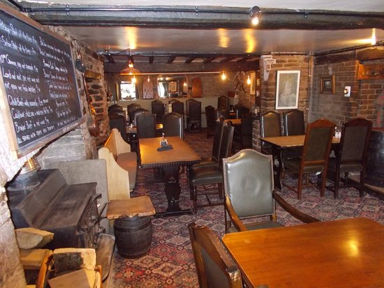 Dorstone, UK: view down the dining area of the pub