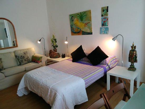Habitación ESPECIAL, con cama doble, con sofá, mesa comedor, TV ...