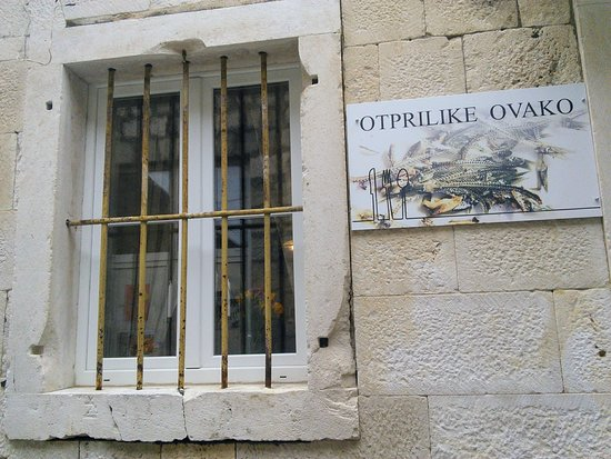 Otprilike ovako: Entrance from quiet street