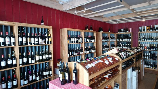 Moelan sur Mer, Γαλλία: Intérieur de la cave, large choix de vins, whiskies, rhums et de bières