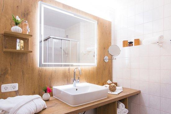 Große Badezimmer der Kategorie FreYraum mit Dusche, Haartrockner ...