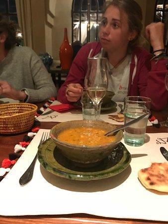 Tameslouht, Μαρόκο: soupe harrira préparée par leur fabuleuse cuisinière