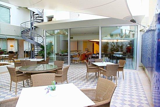 Atrion Hotel: Patio
