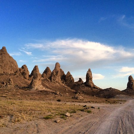 Trona, Kalifornien: From afar, their desert sand color makes them look the same. Once up close,nothings the same.