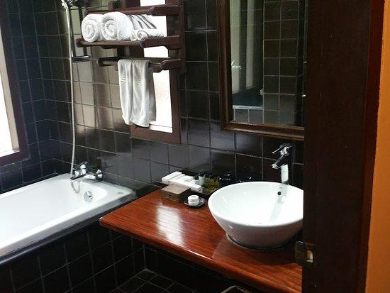 Khaolak Laguna Resort: Notre Salle De Bain; Grande Baignoire Mais Aussi Une  Douche à