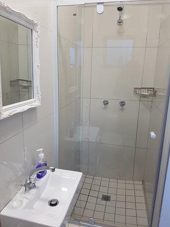 Kenilworth, South Africa: Modern En- Suite for Queen Bedroom