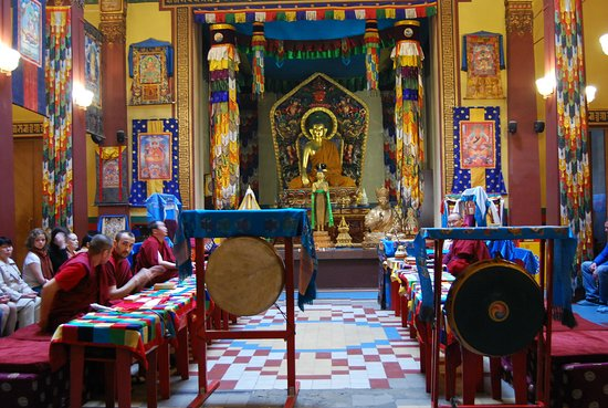 Buddhist Temple Datsan Gunzechoinei: ламы на вечерней службе