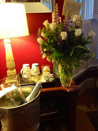 Captain A. V. Nickels Inn: Anniversary roses and champagne