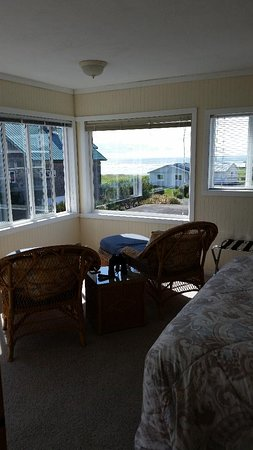 Pacific Beach, WA: Bedroom lounging area with westerly view