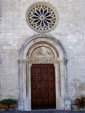 Chiesa di Santa Maria Assunta: Portale romanico e rosone gotico