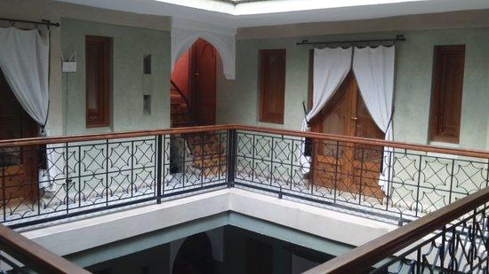 L'Heure d'Ete: le 2eme étage, le salon hammam massage est à droite, la terrasse juste au dessus