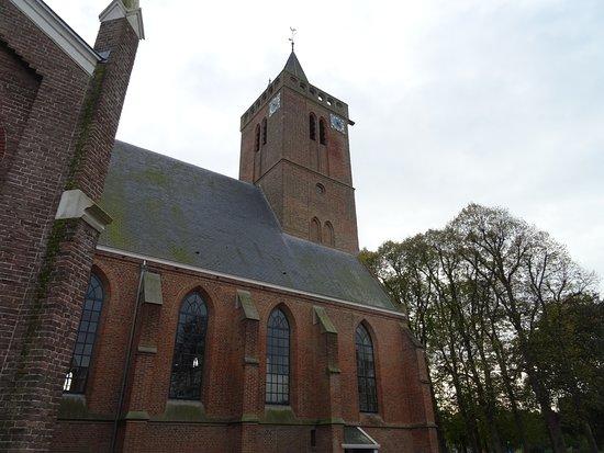 Huizer Oude Kerk met toren uit de 15de eeuw;Huizen N-H