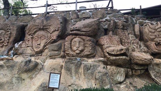 Villaggio Le Querce: sculture scolpite nel tufo (piscina piccola)