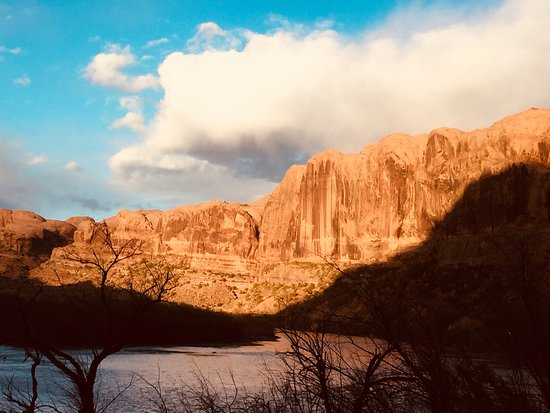 Red Cliffs Lodge: The sun rises over this bluff