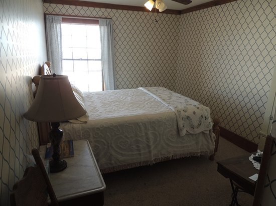 Hand Hotel Bed and Breakfast: The School Marm room