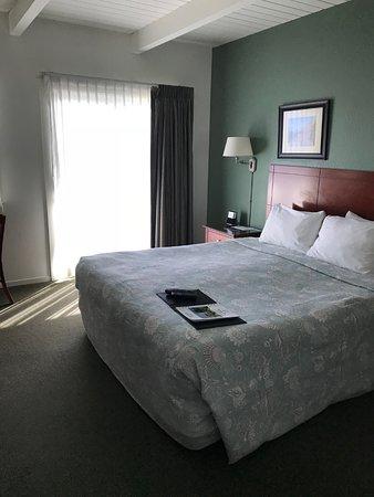 Cayucos Shoreline Inn...on the beach: King sized bed