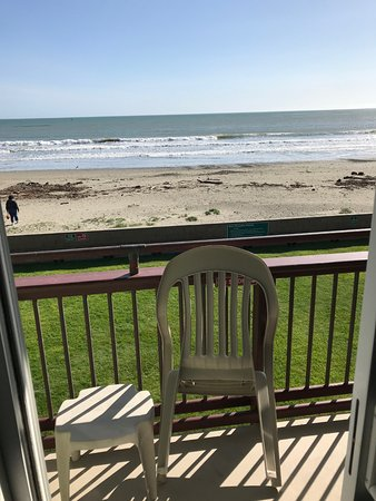 Cayucos Shoreline Inn...on the beach: Outside sitting area with view of the ocean and beach