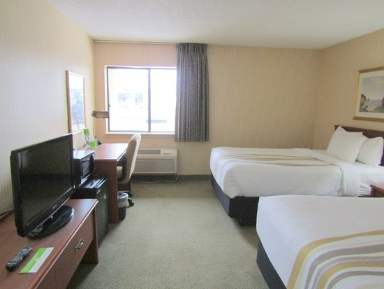 La Quinta Inn & Suites Stevens Point: 2 double bed room, from door