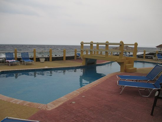 Seagrape Plantation Resort: Nice elevated pool area with a view of the Ocean