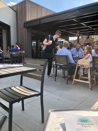 Winnetka, IL: The patio area, delightful and family-friendly.