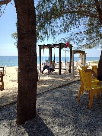 Pantai Penarik, Malaysia: Permandangan buai di tepi pantai dari restoran