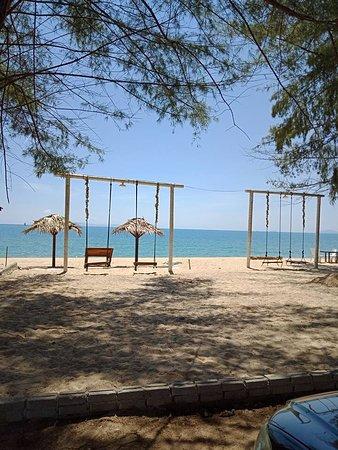 Pantai Penarik, Malaysia: Kemudahan santai buai disediakan