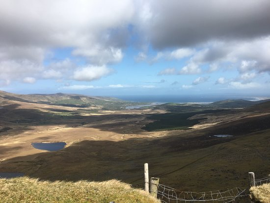 Cloghane, Irlandia: conor pass looking down in brandon bay