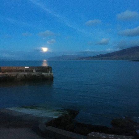 Mount Brandon Hostel: brandon pier at night