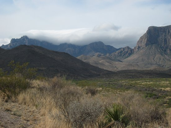 Alpine, Teksas: A cloud clings to the mountaintop