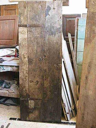 PortAntica: Porta antica del '600 dopo il restauro materico arreda interno moderno di tendenza minimalista