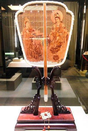 Suzhou Art & Crafts Museum: 非常に精緻な彫り物がされた、扇です。