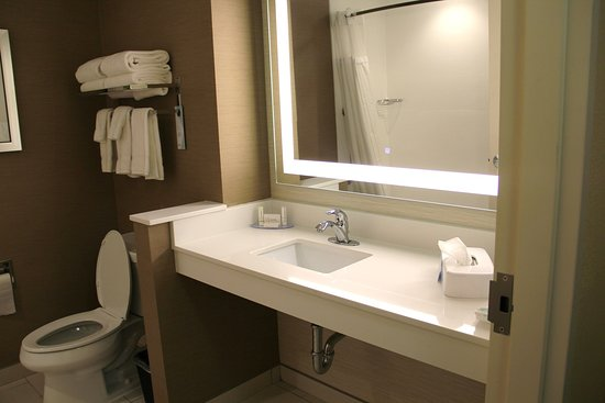 Fairburn, GA: Very nice bathroom - so clean and fresh