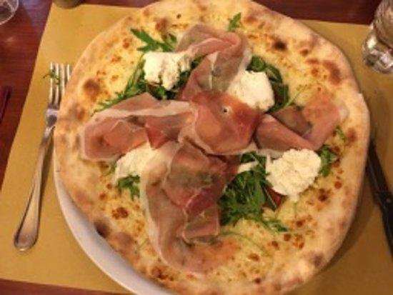 Ponte a Bozzone, Italy: Pizza mit Mozzarella, Rucola und Rohschinken